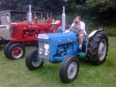 Höstplöjning med veterantraktorer – Selaöns gamla traktorklubb plöjer med veteranmaskiner.