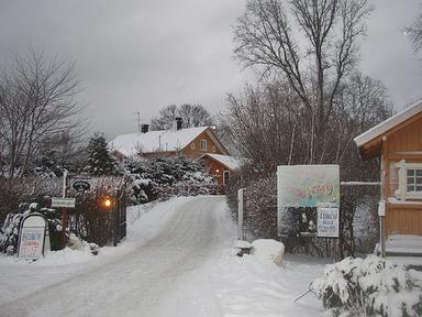 Asknäs gård vid Ekerö kyrka. Foto: PO Wiberg CC BY