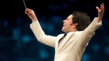 Dirigen Gustavo Dudamel. Foto Adam Latham