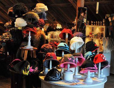 Hattar & mössor på Galleri Ängel – Galleri Ängel på Västerlånggatan 65 presenterar Cangas Designs mössor och hattar